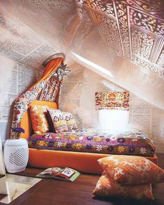 Boho bedroom || Love the walls!