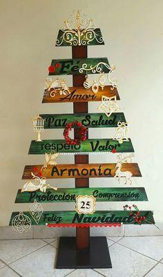 Handmade Christmas Tree, Pallet Christmas, Wooden Christmas Trees, Diy Christmas Tree, Halloween Christmas, Rustic Christmas, Xmas Tree, Christmas Projects, Christmas Ornaments