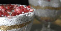 Budyń z nasion chia to klasyk wśród wegańskich deserów. Głównie dlatego, że jest szybki i prosty - jedyny minus to czas chłodzenia - trzeba zaczekać kilka godzin zanim zgęstnieje w lodówce. Nieodłączną częścią przygotowania są kolejne kroki: 1.) Wieczorem wsadzasz deser do lodówki 2.) Kładziesz się spać z myślą o tym, że rano wyjmiesz z lodówki gotowy deser, który z minimalnymi wyrzutami sumienia (zawiera przecież chia) będzie można zjeść na śniadanie 3.) Budzisz się w nocy z paniką, że…