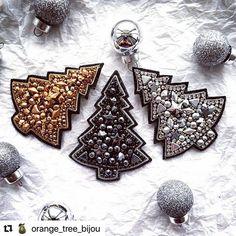 Работы Мастеров Со Всего Мира в Instagram: «#Repost @orange_tree_bijou with @make_repost ・・・ А вы уже ёлку нарядили? Мне кажется, вся страна уже на низком старте, осталась всего…» Bead Embroidery Jewelry, Beaded Embroidery, Beaded Jewelry, Swarovski Brooch, Beaded Brooch, Brooches Handmade, Handmade Items, Handmade Jewelry, Handmade Decorations