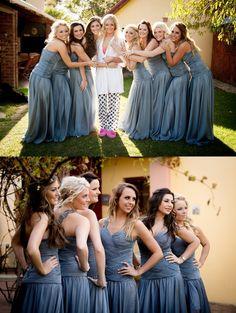 Een foto van de bruid in pyjama, met de bruidsmeisjes in vol ornaat. Leuk idee!