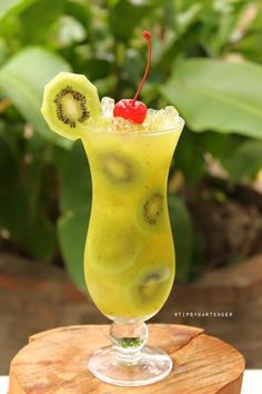 Oh Yea Kiwi Fresh Cocktail - For more delicious recipes and drinks, visit us here: www.tipsybartender.com