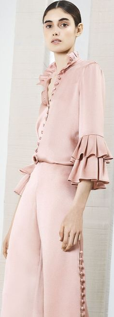 Gorgeous look from Alexis Resort I'd love to walk around in this. Or better yet take one of my international British Airways flights from Colorado home to London! ✿*゚¨゚✎*.:。✿*♡LOVE♡LOVE♡ ✿*゚¨゚✎・ ✿ Fashion 2018, High Fashion, Fashion Show, Fashion Outfits, Womens Fashion, Fashion Trends, Looks Street Style, Mode Chic, Fashion Details