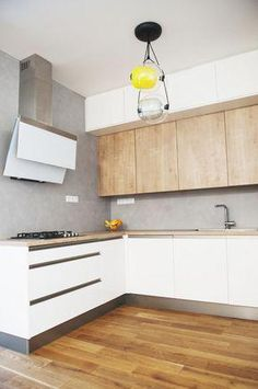 Bílá lakovaná kuchyně v kombinaci s dubem a betonovou stěrkou | Kuchyňský Poradce.cz #Mediterraneanhomes
