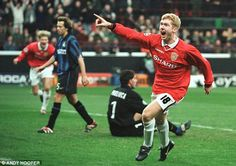 Scholes scored a crucial late equaliser for United in the San Siro as they beat Inter Mila. Manchester United Top, Man Utd Squad, Retro Football, Football Pics, Vintage Football, Eric Cantona, Sir Alex Ferguson, Premier League Champions, Wayne Rooney