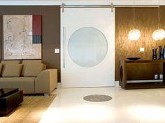 O ambiente proposto pela arquiteta Maricy Borges conta com porta de vidro, que proporciona leveza. Foto: Divulgação