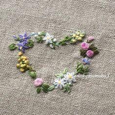 . . 花刺繍でハート。。。 . #embroidery #embroiderythread #flowerembroidery #heart