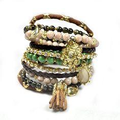 Conjunto de 11 pulseiras femininas. Cores: verde, marrom, bege, cru. Materiais: strass, pedra brasileira, couro ecológico, resina e metal. R$162,40.