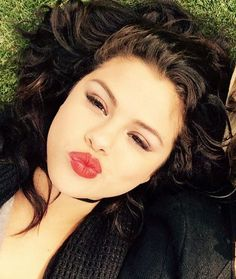 Pin for Later: This Week's Cutest Celebrity Candids Selena Gomez Selena Gomez relaxed with her friend. Selena Selena, Fotos Selena Gomez, Selena Gomez Cute, Selena Gomez Pictures, Selena Gomez Selfies, Cute Celebrities, Celebs, Human Trafficking Organizations, Best Selfies