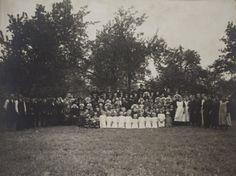 Hendrica van Heugten en Johannes Verberne met de hele familie, knechten, dienstbode's en de buurt toen ze in 1925, 50 jaar getrouwd waren. foto genomen op Voordeldonk in Asten