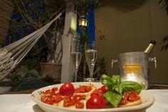 Che ne dite di un buon aperitivo in terrazza al tramonto o di una cena tipica a lume di candela?