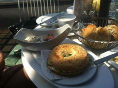 Frühstück bei Sonnenschein im (karls) kitchen in Stuttgart. Jetzt als Restauranttester anmelden unter https://www.testando.de/so-funktionierts