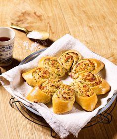 Hefegebäck mit einer Füllung aus Zucchini, Parmesan, Schinken und Thymian