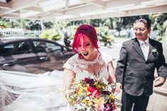 Casamento da Débora e do Thiago. Débora pronta pra entrar na Igreja com seu pai. #bride #pinkhair #wedding #casamento #fotografodecasamento #fotografiadecasamento #weddingrings #altweddings #revistacasar #geek #mariobros #mario #nerd #thinkgeek #geekwedding #videogame #nintendo #cosplay #altbride #alternativebride #geekbride