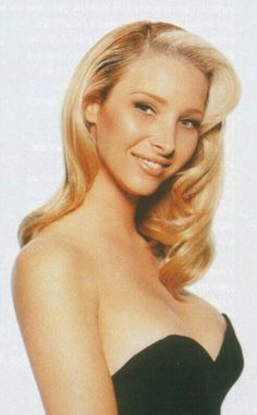 Lisa Kudrow as Phoebe Buffay Friends Cast, Friends Moments, Friends Tv Show, Friends Series, Hollywood Actor, Golden Age Of Hollywood, Hollywood Celebrities, Pretty People, Beautiful People