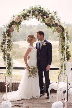 Vindt jullie ceremoniële huwelijk buiten plaats? Dan kun je onder een prieeltje trouwen, dat je natuurlijk decoreert in stijl.