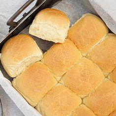 Opskrift på hvedeknopper eller varme hveder - spises ristede aftenen før store bededag med koldt smør Bread Recipes, Cake Recipes, Bread Baking, Hot Dog Buns, Bakery, Sweet Treats, Recipies, Food And Drink, Snacks