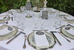 Menu en plexi, nom de table en plexi, marque-place calligraphiés sur Plexiglas gris #mariage #menuplexi #plexiglas #acrylic #wedding #decotable #beplexi #marqueplaceplexi