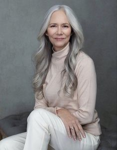 Gray Hair Growing Out, Grow Hair, Grey Hair Inspiration, Peinados Pin Up, Ageless Beauty, Wild Hair, Going Gray, Grow Out, Layered Cuts
