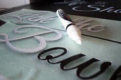 Dans ma cuisine, j'ai un joli tableau à craie. Seulement voilà, je ne suis pas super douée en jolie calligraphie, en dessin encore moins, et je voulais un truc joli pour aller avec le reste de ma cuisinedont je suis supercontente. J'ai donc écumé Pinterest (ô mon amour) à la recherche du lettrage parfait, et j'ai improvisé un petit DIY. Après un premier essai totalement infructueux, j'ai trouvé la technique parfaite, que je vous livre ici. Ce n'est pas très compliqué, mais il faut être…