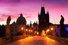 Platz 7, Karlsbrücke, Prag: In ein gemeinsames Leben starten, lässt es sich wunderbar auf der Karlsbrücke in Prag. Das imposante Bauwerk aus dem 13. Jahrhundert bietet einen traumhaften Blick über die Dächer der tschechischen Metropole. Für einen lauschigen Aufenthalt mit Ringtausch ohne Touristenansturm empfehlen sich die Nachtstunden. Foto: Shutterstock