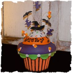 Spooktacular Giant Cupcake: Bottomwrapper is chocolate melts and top is sculpted rice crispy treats decorated with fondant. Wilton Cupcakes, Giant Cupcakes, Fun Cupcakes, Cupcake Cakes, Cup Cakes, Halloween Cupcakes, Halloween Birthday, Halloween Treats, Birthday Ideas