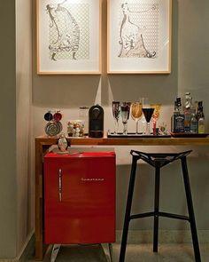 Um apoio pra bar não precisa de muita coisa não viu, uma bancadinha pras bebidas e um frigobar estiloso desses da @brastemp já resolve o problema kkkk ❤{Projeto Isabela Bethônico | via @casadevalentina} #decoraçãopravocê