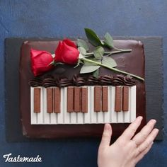 This Chocolate Meringue Cake Recipe (Piano Version) is absolutely incredible! Cr… - New ideas Chocolate Meringue Cake Recipe, Chocolate Ganache, Chocolate Buttercream, Music Themed Cakes, Music Cakes, Food Cakes, Cupcake Cakes, Easy Banana Cream Pie, Rodjendanske Torte