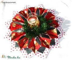 Karácsonyi asztalközép - koszorú (eszterszemek) - Meska.hu Christmas Wreaths, Christmas Tree, Tree Skirts, Holiday Decor, Home Decor, Christmas Swags, Teal Christmas Tree, Decoration Home, Holiday Burlap Wreath