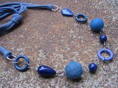 Collar azul de trapillo y abalorios
