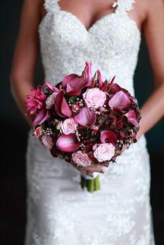 Фиолетовые каллы, кустовые розы в сочетании с брунией и гидрангией создают этот свадебный букет