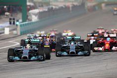 La Malesia incorona le Merceds, che chiudono con una doppietta mai impensierita dagli avversari. Vettel ritrova sé stesso con una corsa nella quale merita il podio, mentre il suo compagno di squadra subisce la sfortuna della seconda guida chiudendo nelle retrovie. Stessa sorte per la Ferrari: se Alonso chiude ottimo quarto dopo un sorpasso da manuale su Hülkenberg nelle ultime battute, dopo un contatto Räikkönen è ai limiti della zona punti. McLaren opaca, Lotus di nuovo da dimenticare.