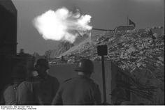 1942 Südfrankreich.- deutsche Küstenbatterie auf den Bergen. Geschütz feuernd