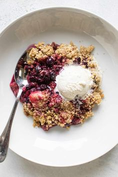 Strawberries, blueberries and blackberries meet in this amazing berry crumble! It has a sweet and crunchy topping - serve it with ice cream for a great dessert! Great Desserts, Dessert Recipes, My Favorite Food, Favorite Recipes, Berry Crumble, Cherry Fruit, Thing 1, Blackberries, Dolce