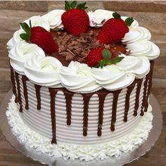 1,291 curtidas, 5 comentários - Delicias Gourmet (@deliciasgourmett.1) no Instagram Buttercream Cake Designs, Cake Icing, Cupcake Cakes, My Birthday Cake, Birthday Cake Decorating, Oreo Cake Recipes, Chocolate Drip Cake, Bolo Chocolate, Cute Desserts