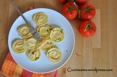 Ravioli z karmelizowanymi pomidorami i kozią ricottą