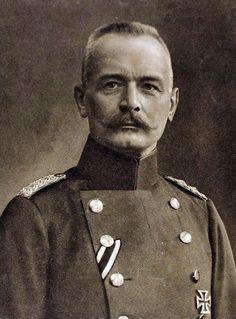 Erich von Falkenhayn, Hij was van 1896 tot 1903 militair adviseur van het leger in China en werkte mee aan de Bokseropstand. In 1913, kort vóór de Eerste Wereldoorlog, werd hij minister van Oorlog van Pruisen. In 1914 verving hij Helmuth von Moltke als chef van de Duitse Generale Staf. Hij droeg in 1916 het Duitse opperbevel over aan Paul von Hindenburg. In 1917 trachte hij de Britse generaal Edmund Allenby tegen te houden op weg naar Jeruzalem. Hij werd in 1918 door Otto von Sanders…