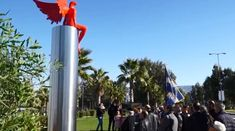 Скульптура в Афинах расколола общественное мнение http://feedproxy.google.com/~r/russianathens/~3/aSww1xY17hs/24516-skulptura-v-afinakh-raskolola-obshchestvennoe-mnenie.html  Десятки местных жителей района Палео Фалиро, к югу от Афин, во главе с местным священником прошли в воскресенье маршем к месту скандальной скульптуры и потребовали ее сноса.