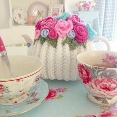 Shabby and Charme: A casa di Debbie nell'Essex Tea Cosy Pattern, Teapot Cover, Crotchet Patterns, Scarf Patterns, Knitting Patterns, Crochet Home, Crochet Granny, Hand Crochet, Tea Cozy