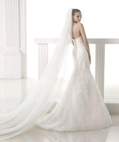 Pronovias presents its V-2839 bridal veil. | Pronovias
