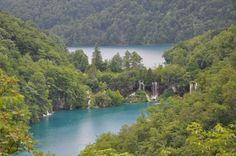 O Parque Natural dos Lagos Plitvice, uma zona protegida de 300km2, situados entre a capital Zagreb e a cidade costeira de Zadar, perto da fronteira com a Bósnia,  é Património Mundial da Unesco e é a maior atração turística da Croácia após a cidade medieval praiana de Dubrovnik.