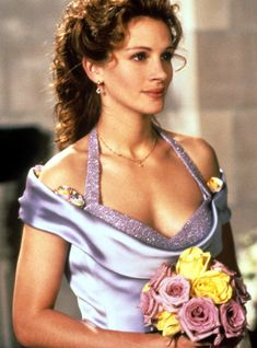 Julia Roberts turns 48 this week, so we're celebrating the Hollywood icon's birthday with a look back at her memorable onscreen moments. Cabello Julia Roberts, Cheveux Julia Roberts, Julia Roberts Hair, Julia Roberts Movies, Julia Roberts Style, Eric Roberts, Divas, Wedding Movies, Best Friend Wedding