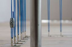 Pour protéger la cage d'escalier, les architectes ont imaginé un garde-corps en fil de polypropylène bleu tendu. C'est une solution peu couteuse, originale qui n'occulte pas la vue et laisse passer la lumière. Cette balustrade a l'avantage de ne pas encombrer l'espace. Les architectes l'ont installée eux même, avec un système d'accrochage rudimentaire.