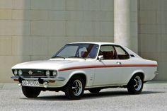 """Ein Opel Manta """"Swinger""""! Was wie die Einladung zu einer Salve anzüglicher Witze klingt, war 1975 eigentlich nur Opels Versuch, das Auslaufmodell noch einmal etwas anzukurbeln. Mit dem 1.6 LIter-S-Motor mit kreuzbraven 75 PS brachte der Manta wohl auch nur sehr unterzuckerte Naturen zum Swingen. Der fünf Zentimeter breite Zierstreifen konnte da auch nicht mehr viel retten. ☺"""