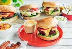 Gjør burgeren til et festmåltid med disse digge dressingene! Salmon Burgers, Hamburger, Bacon, Dressing, Ethnic Recipes, Food, Eggplant, Essen, Burgers