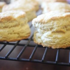 Copycat Biscuit Recipe, Popeyes Biscuit Recipe, Popeyes Copycat Recipe, Copycat Recipes, Bread Recipes, Pollo Popeyes, Bread Rolls, Pretzels, Tasty Dishes