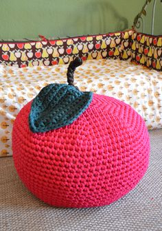 DIY : un pouf pomme au crochet Pouf En Crochet, Knitted Pouf, Knit Rug, Crochet Pillow, Diy Crochet, Diy Pouf, Crochet Apple, Cotton Cord, Floor Pouf