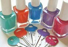 Pour facilement différencier ses clefs, il suffit de peindre ou vernir ses têtes de clefs avec une couleur différente pour chacune d'elle. Facile et rapide à faire.