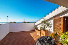 2-plansvilla i modern stil med bibehållen traditionell portugisisk arkitektur. Mycket funktionell villa i två våningar, nedre våningen består av matsal, vardagsrum med öppen spis och köket som harm...