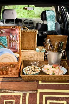 Fun Tailgating Tips: Move beyond paper plates and plastic utensils and dress up your tailgating table with these fun tips.  @thedailybasics♥♥♥